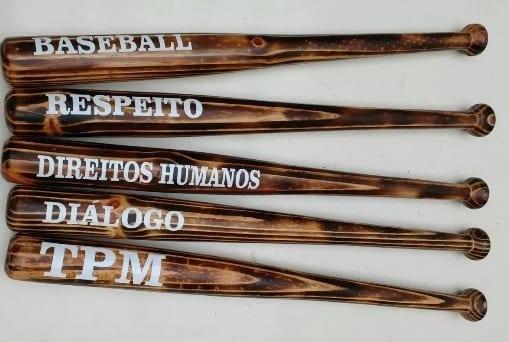 """4da5c779ca0c9 Loja de Curitiba vende tacos de beisebol escrito """"direitos humanos ..."""