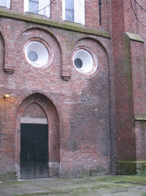 Uma imagem contendo edifício, ao ar livre, tijolo, grama  Descrição gerada automaticamente
