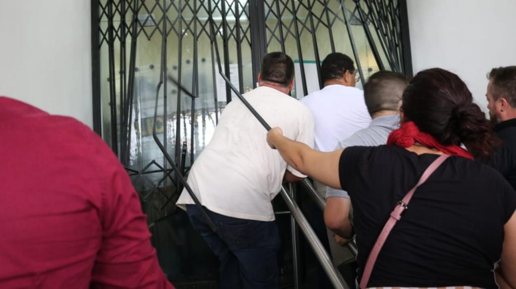 Manifestantes derrubam a porta da Assembleia. Foto: Giorgia Prates