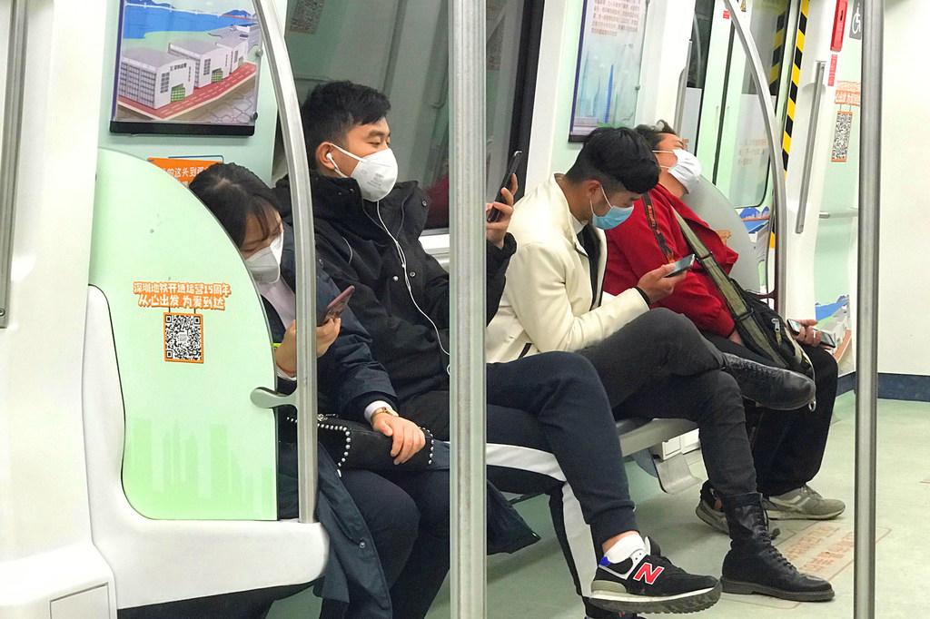 Passageiros do transporte público usam máscaras em Shenzhen, China. Foto: ONU Info/Jing Zhang