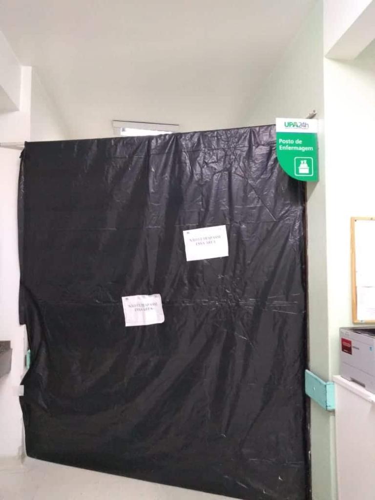 Lona separa área de atendimento exclusivo de pacientes Covid-19 dos demais